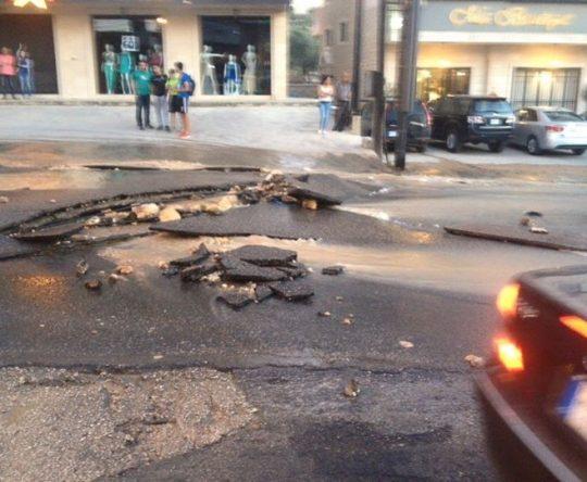 صور تظهر اقتلاع الزفت بعد انفجار قسطل المياه من أمام سوبرماركت الشيخ في كفرعقا