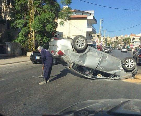 حادث سير وانقلاب السيارة عى أوتوستراد أميون