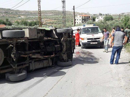 انقلاب شاحنة عند جسر بزيزا نتج عنه 4 إصابات تمت معالجتهم من قبل الصليب الأحمر اللبناني فرع الكورة