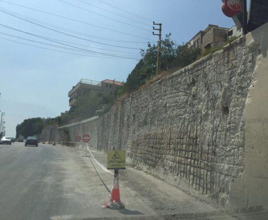 أعمال صيانة حائط الدعم على الطريق العام في أميون